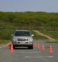 Андрей, управляя непривычным леворуким Toyota Land Cruiser, сбивает правым бортом ограждение