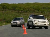 """Оба водителя Land Cruiser, управляя машинами с """"непривычным"""" рулем, уверено выполняют маневр """"змейка"""""""