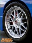 оригинальные диски 17x8 и 17x9 Racing Hart Type C, чтобы придать автомобилю изысканный, но классический вид