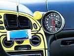 Практически вся электрика в автомобиле рассчитана на 12 вольт – от музыки до управления двигателем. Датчики от AutoMeter установлены на передней стойке кузова и на приборном щитке. A турботаймер HKS уютно устроился под топливным контроллером A'PEXi, стратегически расположившись рядом с исполинским тахометром AutoMeter. Все эти приборы с блеском выполняют свою функцию, а буст-контроллер HKS EVC исправно сообщает Дэну о том, что происходит под капотом.